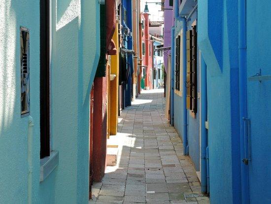 Le calle colorate di burano foto di isola di burano for Calle colorate non fioriscono