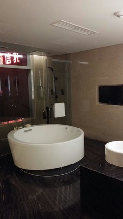 Sheraton Grand Beijing Dongcheng Hotel: The bathtub in the Presidential Suite