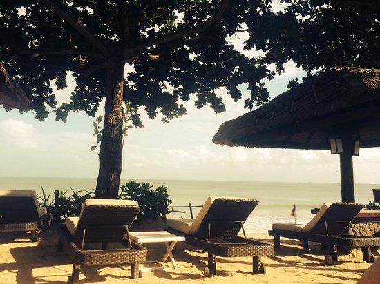 INTERCONTINENTAL Bali Resort : На пляже куча зонтов и удобные лежаки