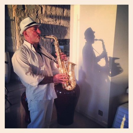 Aqua Blu Boutique Hotel + Spa: Saxophonist @ Cuvee