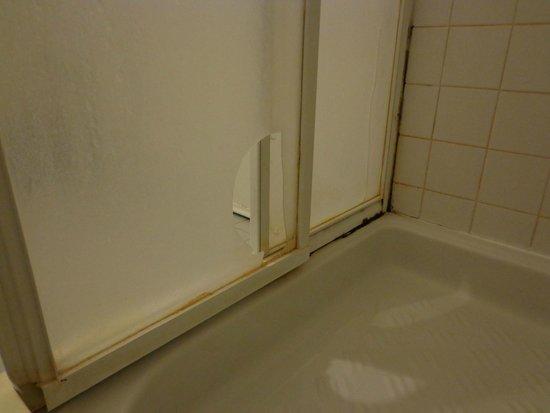 Ca' Zanardi: Broken shower screen