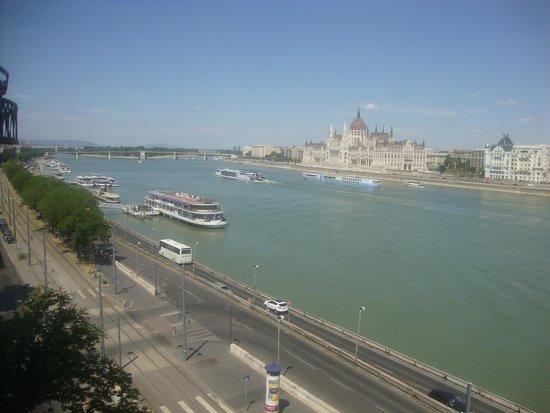 Boutique Hotel Victoria Budapest: Zimmerausblick, hinter der Brücke die Margareteninsel