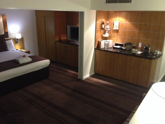 Mercure Sydney: Pour an Expresso. Pop a wine. Stereo on dance away. Fabulous rooms