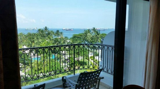 Shangri-La's Rasa Sentosa Resort & Spa: View of the sea from the balcony - aircon switches off automatically when sliding door opens