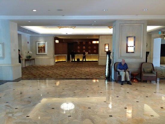 Shangri-La Hotel Jakarta: Front desk