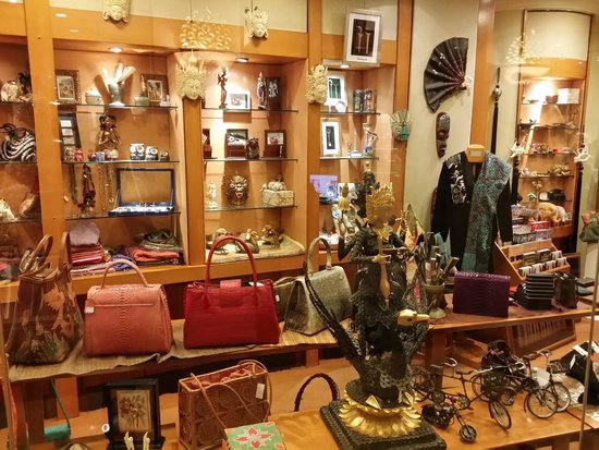 Shangri-La Hotel Jakarta: mini shopping alley