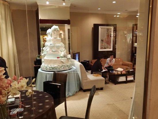 Shangri-La Hotel Jakarta: hotel shopping alley