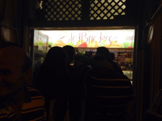 Old Bridge Gelateria : Waiting in line to get our gelato