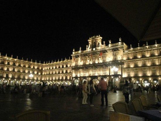 Salamanca's Plaza Mayor: vista nocturna de la plaza un Viernes