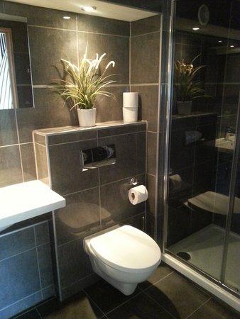 Wild Garlic Restaurant & Rooms: Chic bathroom