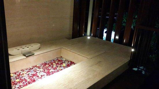 Anantara Seminyak Bali Resort: Out door bath