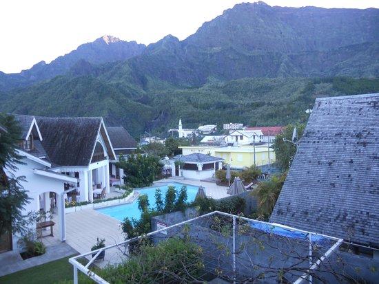 Le Vieux Cep: vue depuis la terrasse de la piscine, du piton des neiges et d'une partie du village et l'église
