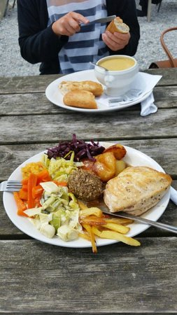 Seaton Beach Cafe: Soup of the day and a Sunday roast with chicken. Both really nice good sized portions. Proper ta