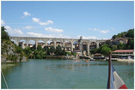 Auberge du chapeau rouge picture of bateau a roue royans - Bateau sur roues ...