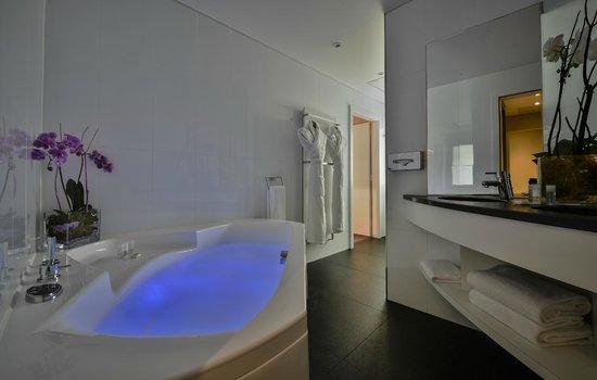 Maison Rouge Hotel : Salle de bain de la suite