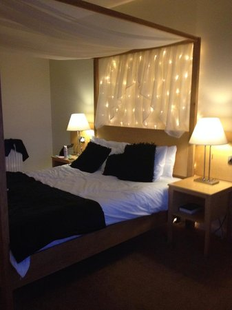 Hillgrove Hotel, Leisure & Spa: bed at night with lights