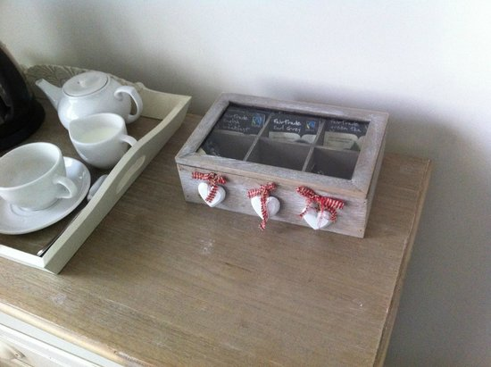 Old Parsonage House: Nice touch with the tea and coffee storage box