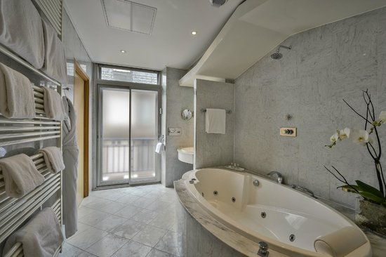 Maison Rouge Hotel: Salle de bain de la suite