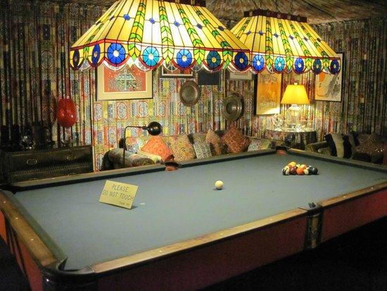Graceland: Biljard in the basement