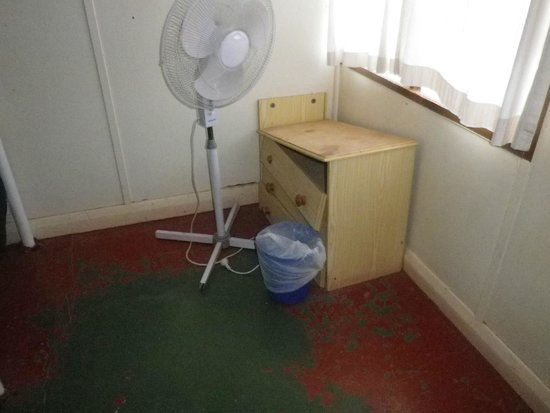Glen Helen Homestead Lodge: Broken furniture