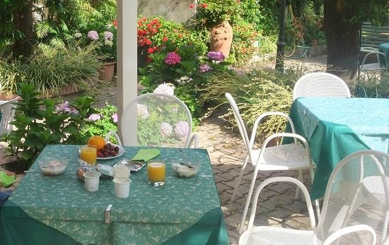 Hotel Girasole: Breakfast in the garden