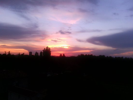 Résidence L'Oliveraie : lovely sunset near motpellier ( taken from the room window 4th floor)