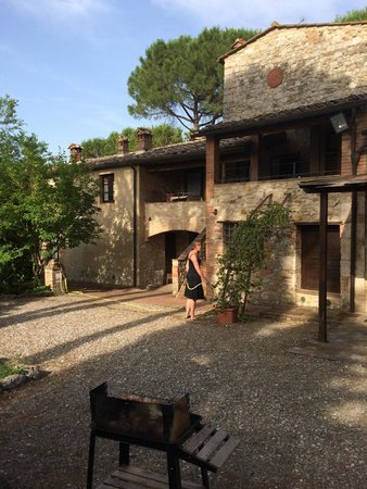Agriturismo Borgo Santinovo: BBQ with the apartments in the background - pool to the left