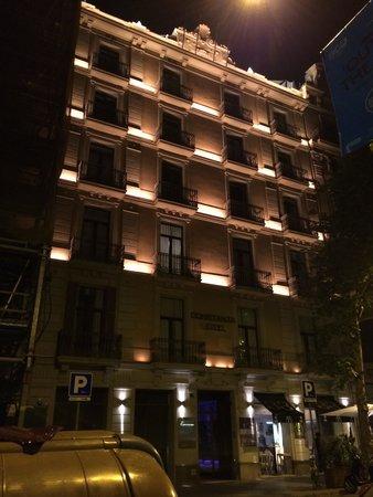 Hotel Constanza Barcelona: 外観・夜