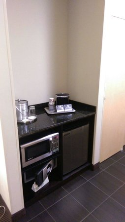 Best Western Premier Miami International Airport Hotel & Suites: Microwave, refrigerator and safe
