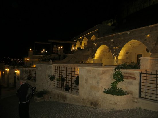 Kayakapi Premium Caves - Cappadocia: Hotel at night