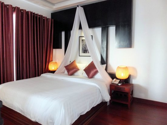 Diamond D'Angkor Boutique : Comfy bed with tv with many channels