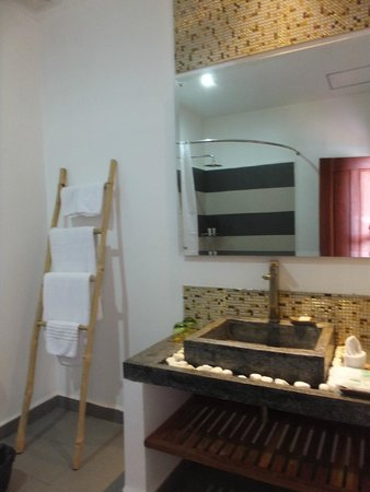 Diamond D'Angkor Boutique: Big bathroom with rain shower