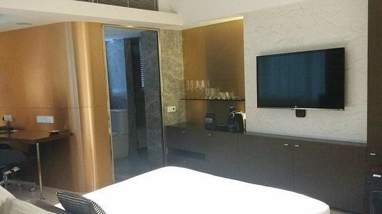 Ovolo Central: Large TV, coffee machine, kettle, etc