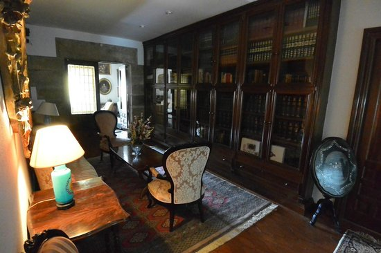 Library at Hotel Museo Los Infantes.