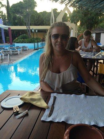 Dionysos Hotel: Dinner poolside!