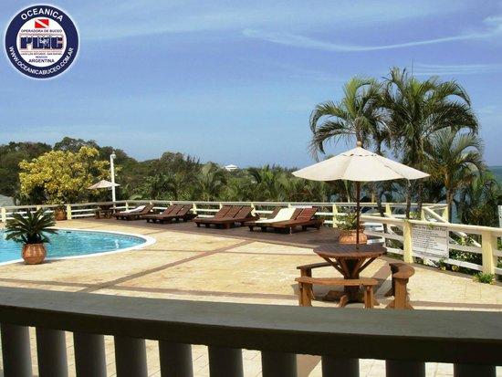 Turquoise Bay Dive & Beach Resort: Piscina y solarium del Resort