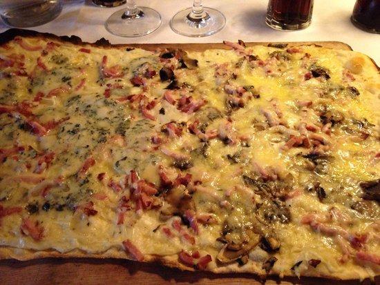 Restaurant a la Couronne: Tarte flambée moitié champignons gratinés moitié roquefort...