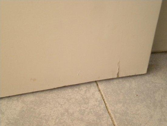 Hotel Planas: La puerta del baño hinchada y agrietada