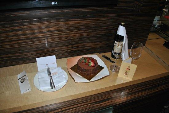 Marina Mandarin Singapore: Birthday cake & wine on arrival.