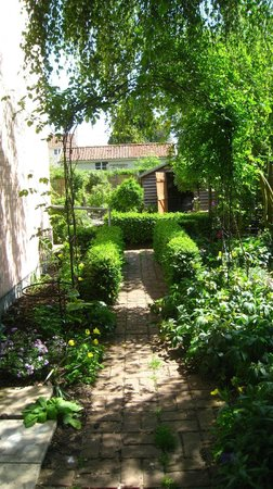The Pink Cottage Boutique Bed and Breakfast: Walkway to Vegetable Garden
