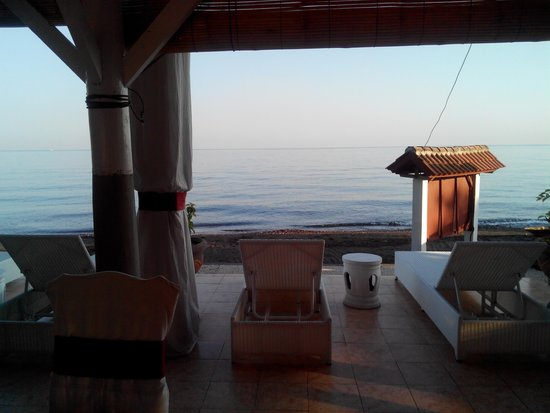 Villa Agung Beach Inn: View from the restaurant at 7:30am