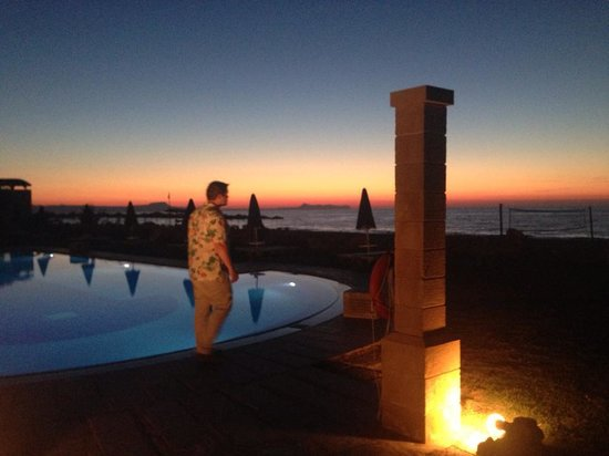Aquila Rithymna Beach Hotel : sun going down - rob by the pool - view from dining area