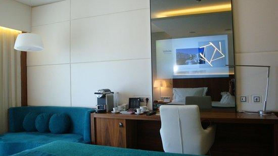 EPIC SANA Lisboa Hotel: TV in the mirror