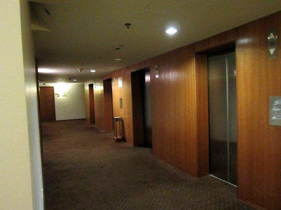 Capitol Hotel: Spartan corridor