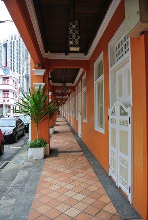 Naumi Liora : 外観その3-ファイブフットウェイ(軒下の回廊)