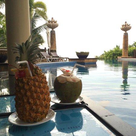 Garden Cliff Resort and Spa: bar de la piscine