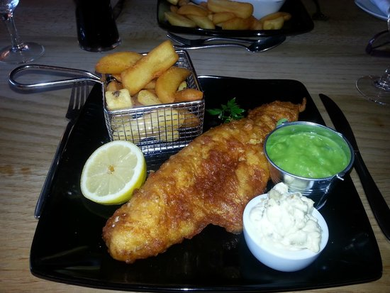 Langtoft, UK: Fish and Chips, mushy peas. Yum!!!