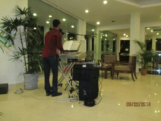 Hikkaduwa Beach Hotel: Guy with a great voice and talent, who play in the loby.