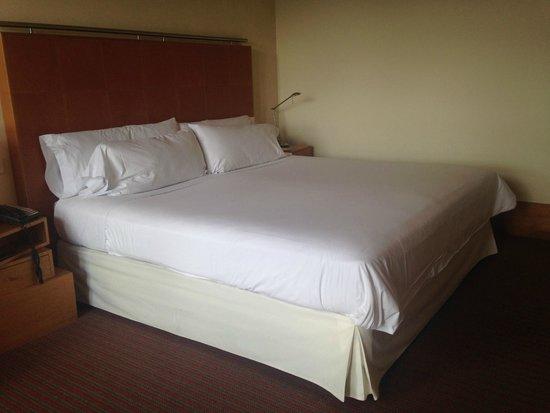Melia Bilbao: huge, comfy bed