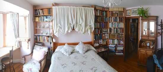 Sanctuary Bookshop and Booklover's B&B: Sea View Double